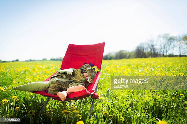 Junge im Kostüm schlafen in einem Stuhl