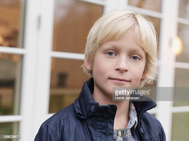boy in front of window section - menino loiro olhos azuis imagens e fotografias de stock