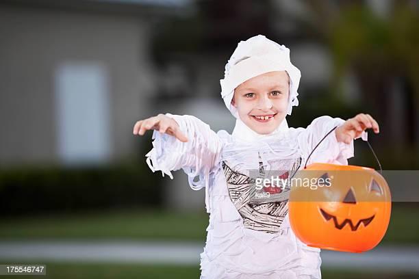 Niño en traje de halloween