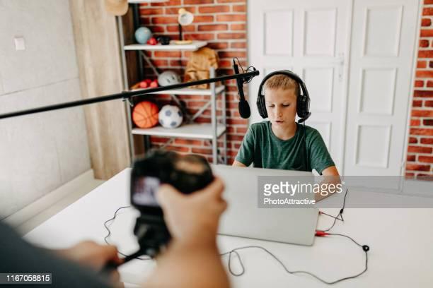 garçon dans des écouteurs jouant au jeu vidéo sur l'ordinateur portatif - teen webcam photos et images de collection