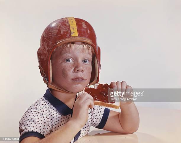 Boy でヘルメットを保持ジャムやパン、クローズアップ