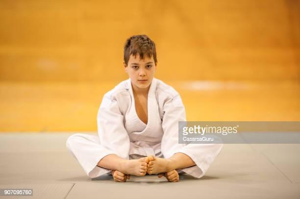 柔道の練習着物を着た少年