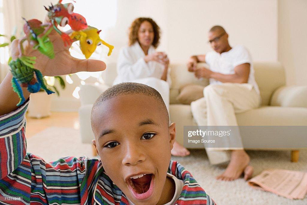 Petit garçon dans le salon joue avec monster doigt marionnettes : Photo