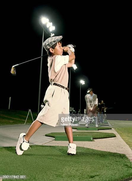 少年(6 )中旬にスイングの練習場、夜