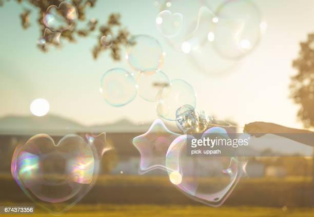 Jongen in park met behulp van de bubble wand