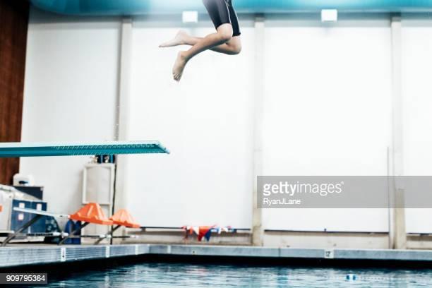 ダイビング ボード上のプールの男の子 - 室内プール ストックフォトと画像