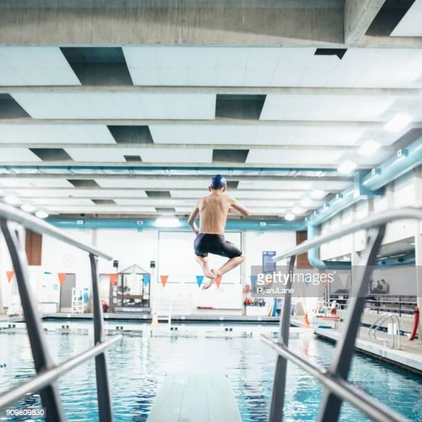 Pojke i poolen på trampolinen