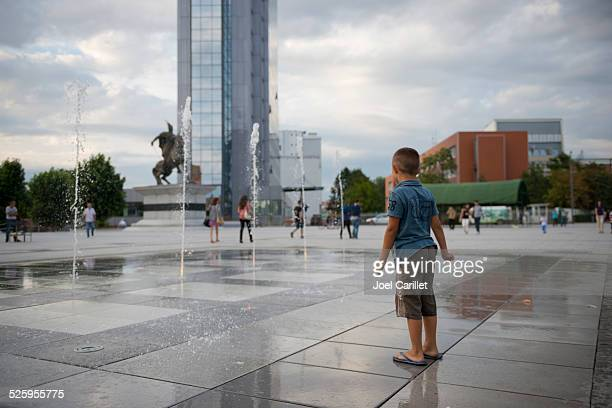 garçon à pristina, au kosovo - kosovo photos et images de collection
