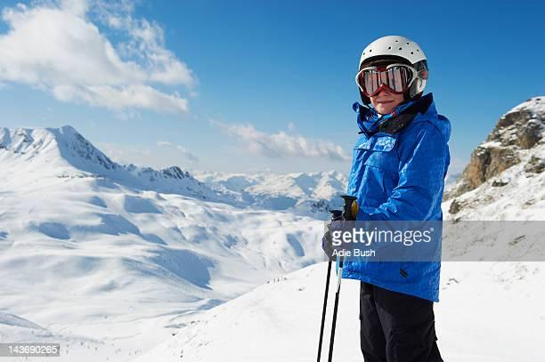 Petit garçon sur la neige à skis montagne
