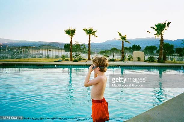 boy in swimming pool - knaben in badehosen stock-fotos und bilder
