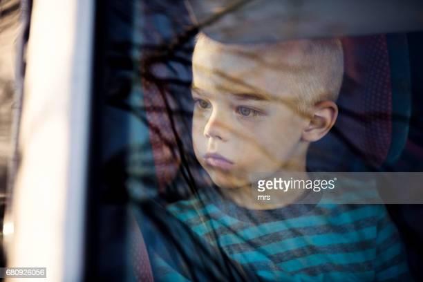 boy in the car - autismo fotografías e imágenes de stock
