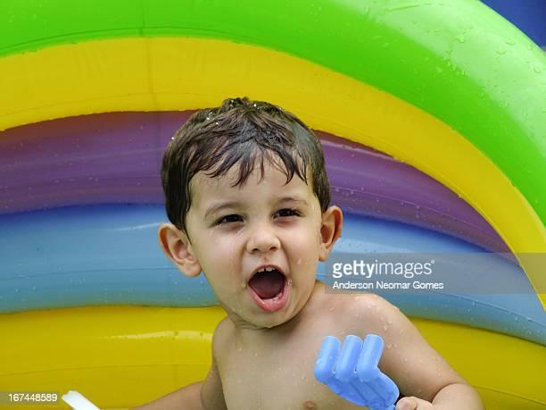 boy in the swimming pool - angelica gomes fotografías e imágenes de stock