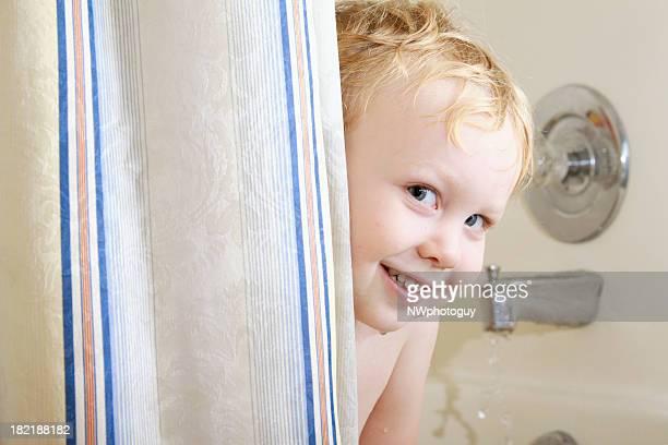 Lächelnd Junge in der Badewanne