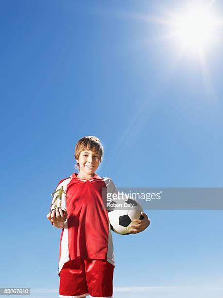 Boy で均一保持トロフィーとサッカーボール