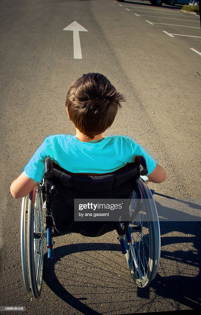 boy in wheelchair goes ahead : ストックフォト