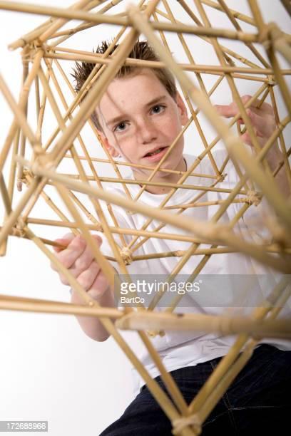 Garçon fait une construction pour sa technologie activités