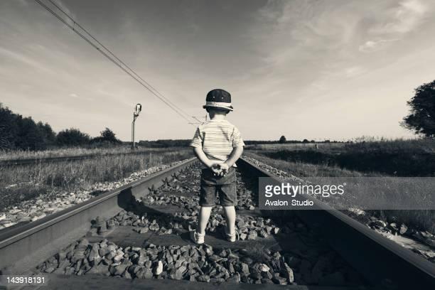 boy is waiting for a train - handen op de rug stockfoto's en -beelden