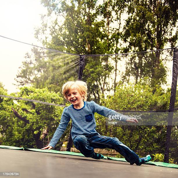 Junge springen auf Trampolin