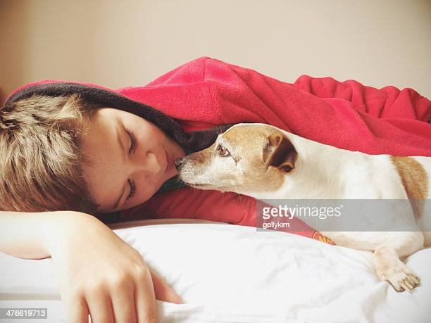 Junge Küssen Hund