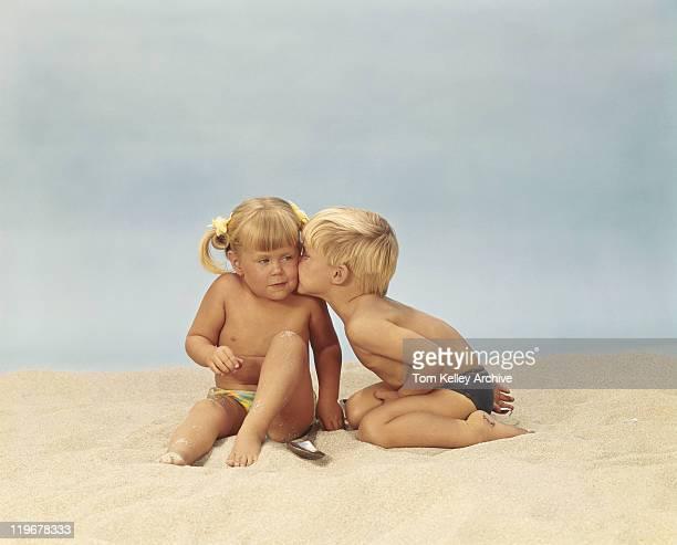 ragazzo baciare la ragazza sulla spiaggia - bambini in mutande foto e immagini stock