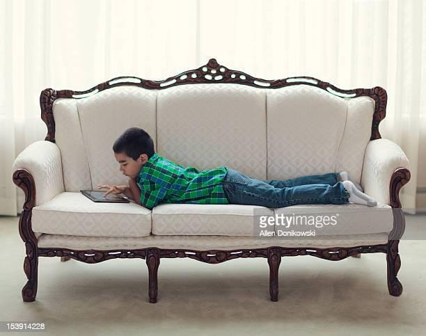 boy laying on couch - acostado boca abajo fotografías e imágenes de stock