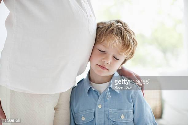 """Petit garçon s'appuyant sur le ventre de sa mère enceinte """""""