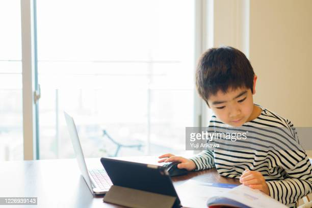 boy learning online with computer -  eラーニング ストックフォトと画像