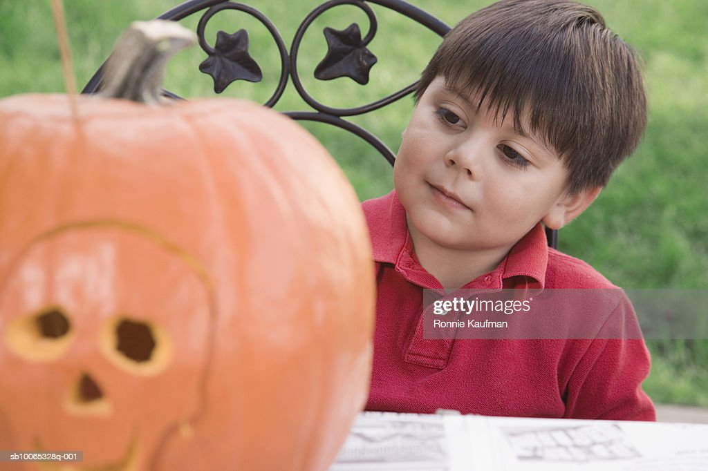 Boy (4-5) looking at Halloween : Foto stock