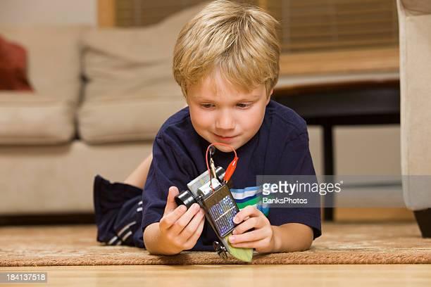 Junge auf der Suche in der Solar-Projekt