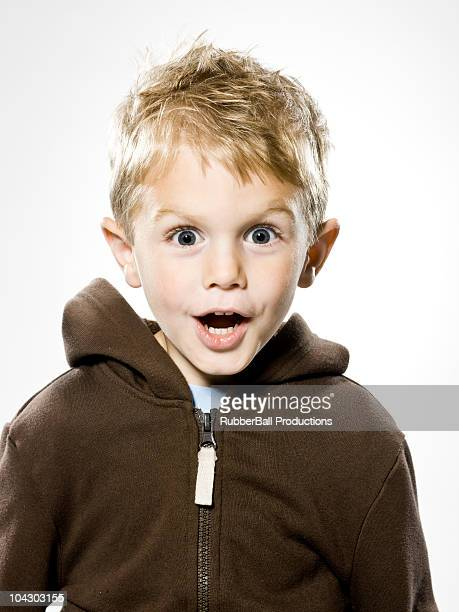 boy looking at the camera in disebelief - alleen jongens stockfoto's en -beelden