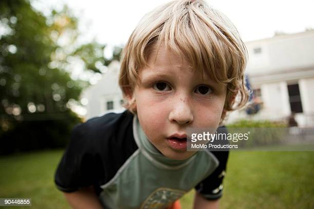 boy (6-7) looking into camera lense - curiosité photos et images de collection