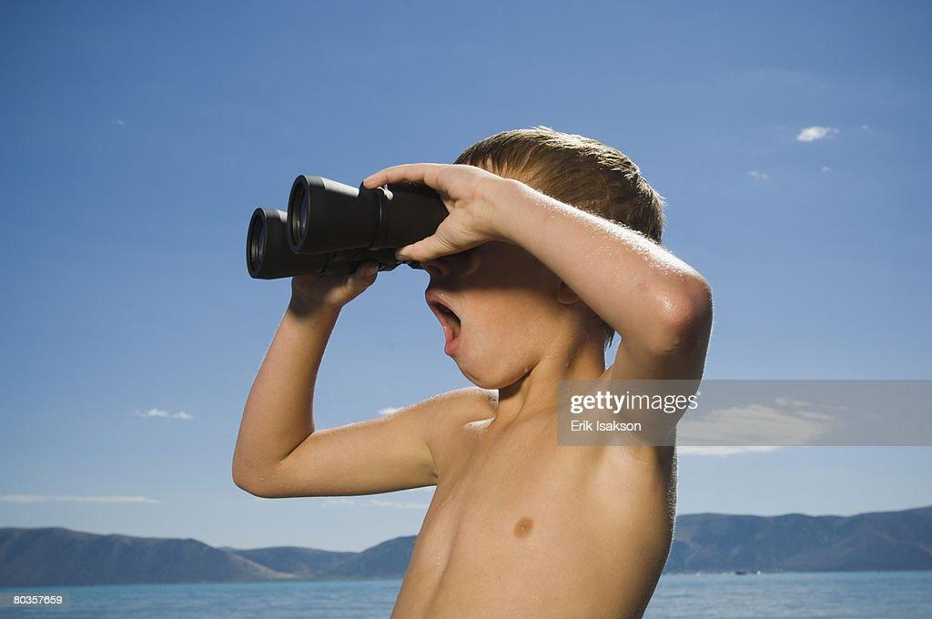 Boy looking through binoculars, Utah, United States : Stock-Foto