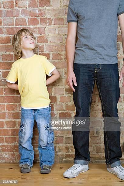 Un garçon à la recherche jusqu'au père