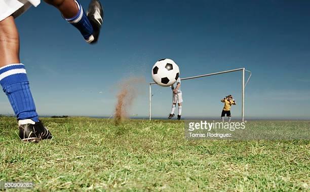 boy making a penalty kick - calcio di punizione foto e immagini stock