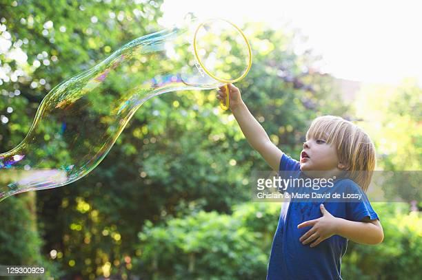 Junge im Garten, große Blase