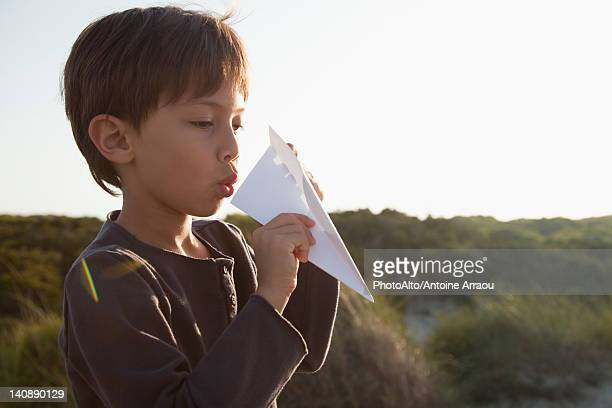 boy making paper airplane - gaivota - fotografias e filmes do acervo