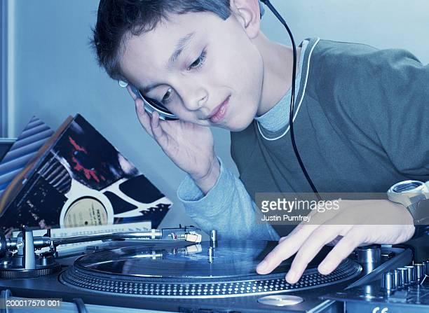 boy (12-14) mixing record on turntable, close-up - クラブdj ストックフォトと画像