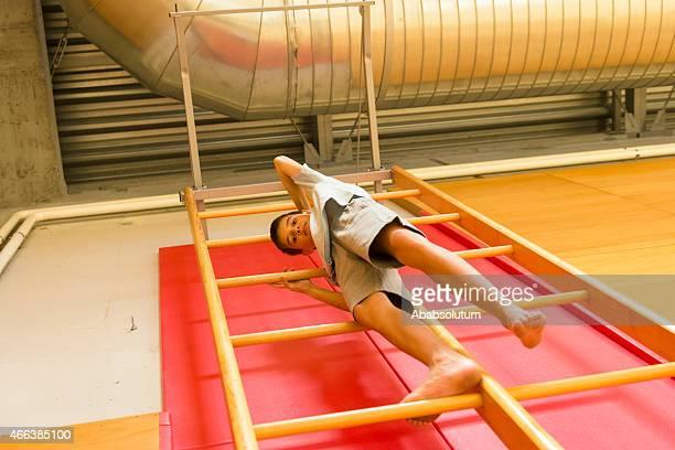 Garçon de onze l'échelle de gymnastique, gymnase, l'Europe