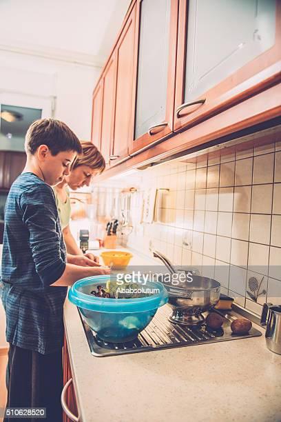 Jungen und Mutter Reinigung von zwölf Salat, zu Hause Küche, Europa