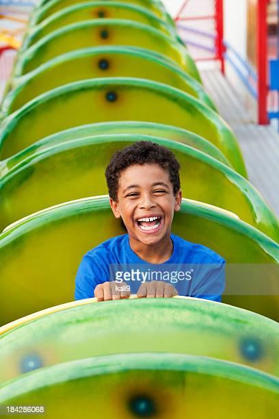 Garçon sur un roller coaster