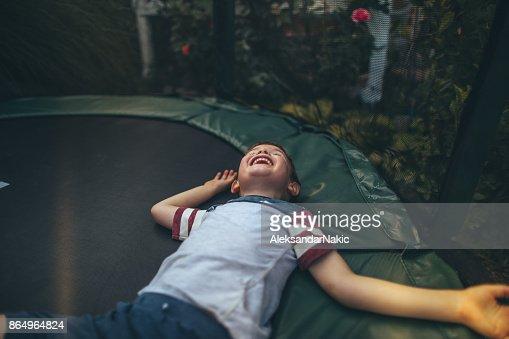 Junge auf einem Trampolin