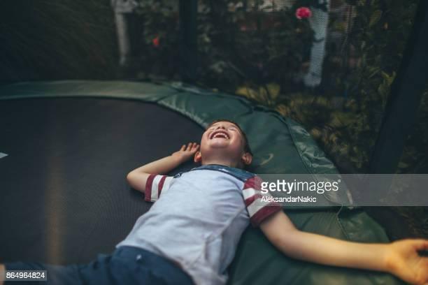 Garçon sur un trampoline