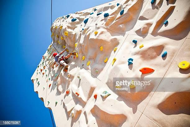 Junge auf Kletterwand