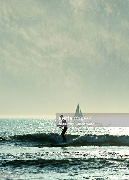 boy on paddle board at dusk - s0ulsurfing fotografías e imágenes de stock