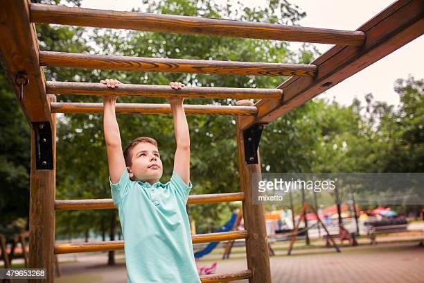 Junge auf einem Spielplatz im Freien Lächeln