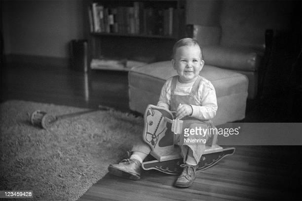 Junge auf Schaukelpferd 1951, retro