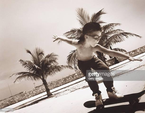 boy (4-6) on skateboard (toned b&w) - sepiakleurig stockfoto's en -beelden