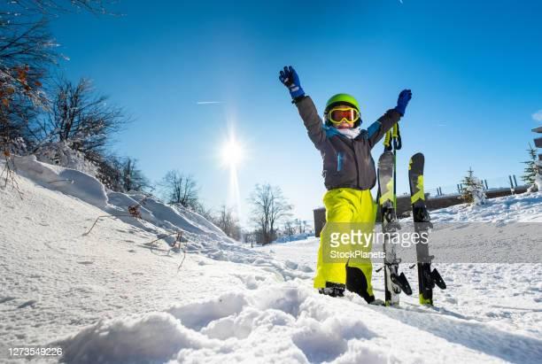 niño de vacaciones de esquí - deporte de invierno fotografías e imágenes de stock