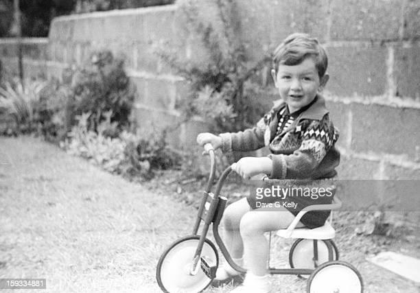 boy on trike - dublin república da irlanda - fotografias e filmes do acervo