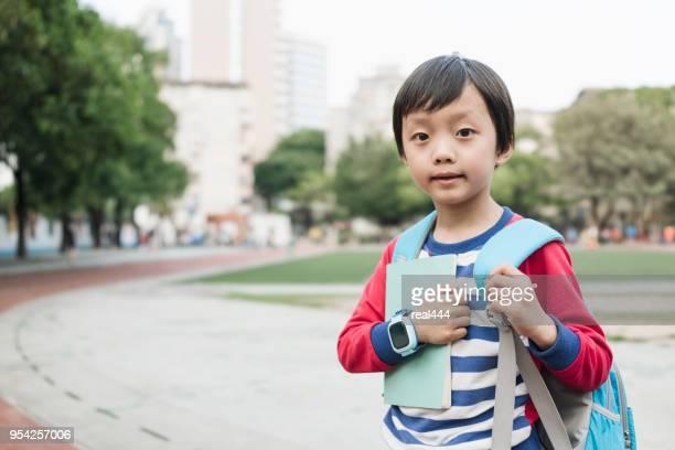 Jongen buiten met boeken